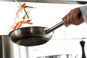 Причина ранней менопаузы кроется в… кухонной посуде