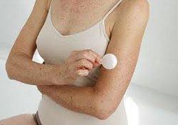Пластырь с гормонами безопаснее таблеток, принимаемых женщинами в менопаузе