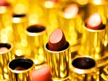 «Эффект помады»: экономический кризис заставляет женщин тратить миллионы на косметику