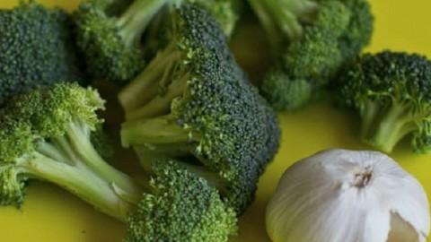 Выяснилось, что чеснок и брокколи могут предотвратить развитие онкологических заболеваний