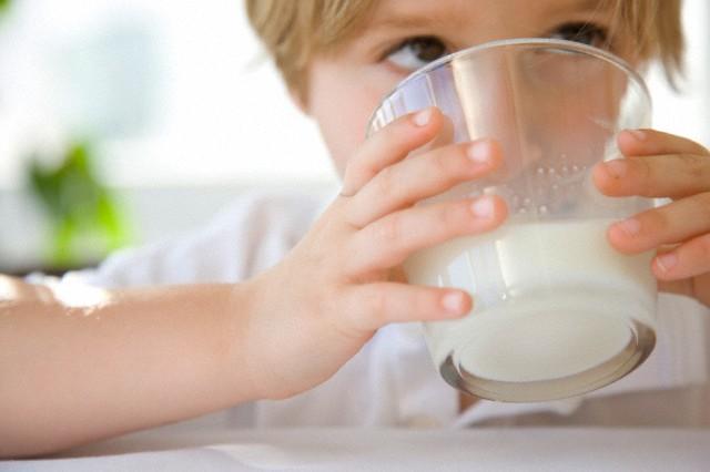 Молоко детям: полезно или вредно?