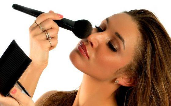 Стало известно, как правильно наносить утренний макияж